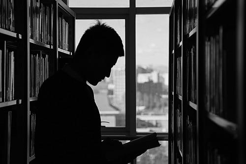biblioteca-en-blanco-y-negro